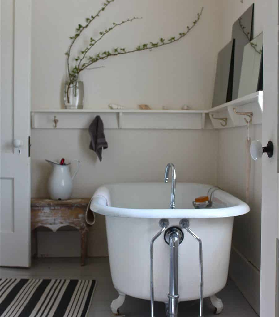 Bathroom Shelf Ideas for a Clawfoot Tub