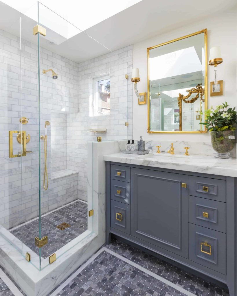 Corner bathroom, white and grey marble mosaic tiles