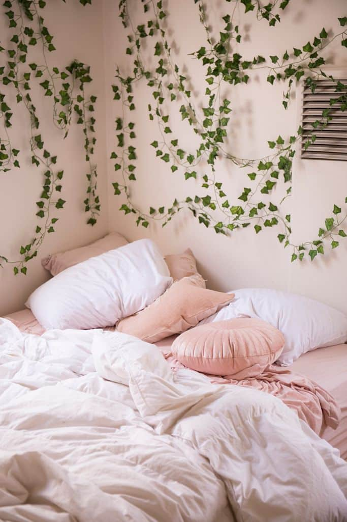 Liven up the space with decorative vines 20+ Aesthetic Bedrooms