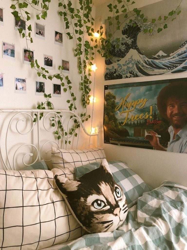 Bedroom with Polaroids vines grid 20+ Aesthetic Bedrooms