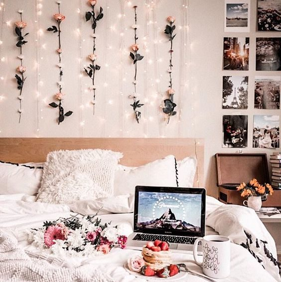 Bedroom with flower walls 20+ Aesthetic Bedrooms