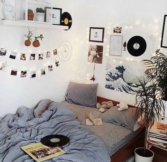 Bedroom with polaroids and records 20+ Aesthetic Bedrooms